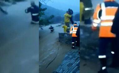 """Greqia """"nën ujë"""", momenti kur zjarrfikësit shpëtojnë familjen gjermane që rrezikonin nga përmbytjet (VIDEO)"""