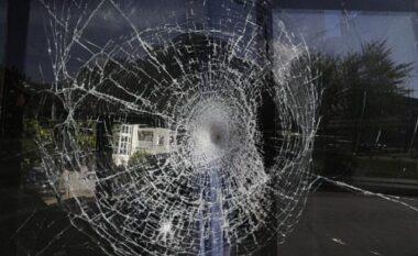 30-vjeçari i thyen xhamat e lokalit një qytetari dhe i dëmton makinë pas sherrit me të